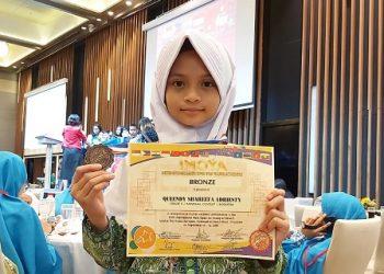 Queendy Shareefa Adhiesty meraih medali perunggu di ajang International Mathematics Open For Young Achievers (IMOYA) 2019 di Singapura.