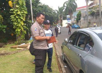 Rico Ceper dan polisi mengecek mobilnya yang dibobol maling.