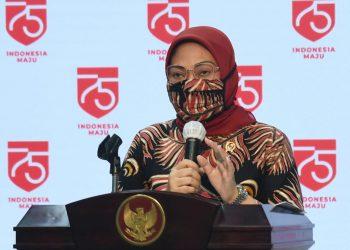 Menteri Ketenagakerjaan (Menaker), Ida Fauziah, saat memberikan keterangan pers di Kantor Presiden, Provinsi DKI Jakarta, Senin (10/8).