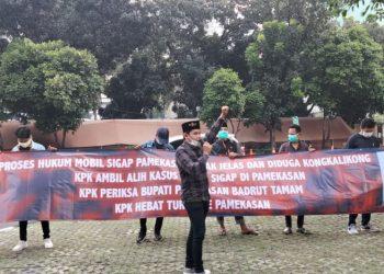 Pamekasan Progress melakukan aksi demonstrasi di depan Gedung Merah Putih KPK, Kuningan, Jakarta Selatan, Jumat (23/04).