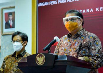 Ketua KPCPEN Airlangga Hartarto didampingi Menkes Budi G. Sadikin saat menyampaikan keterangan pers, di Kantor Presiden.