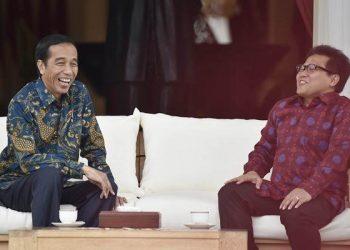 Presiden Joko Widodo (kiri) berbincang dengan Ketua Umum Partai Kebangkitan Bangsa (PKB) Muhaimin Iskandar di teras belakang Istana Merdeka, Jakarta, Selasa (29/11). - Antara/Puspa Perwitasari