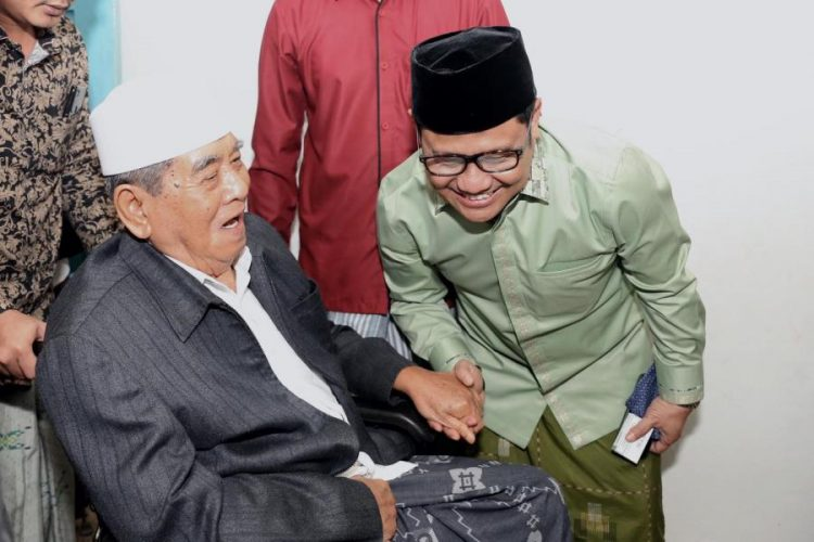Ketua Umum Partai Kebangkitan Bangsa (PKB) Abdul Muhaimin Iskandar bersama ulama besar Nahdlatul Uama (NU) KH. Zainudin Djazuli.